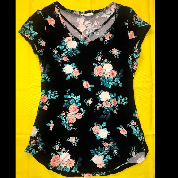 Tops - Beautiful black floral crisscrossed t-shirt💫
